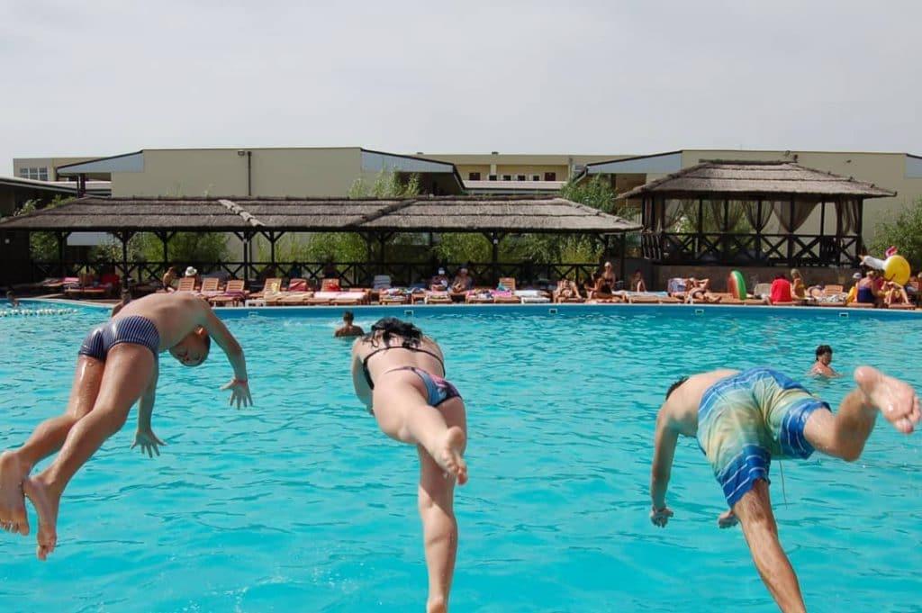 Купання в басейні в Кирилівці
