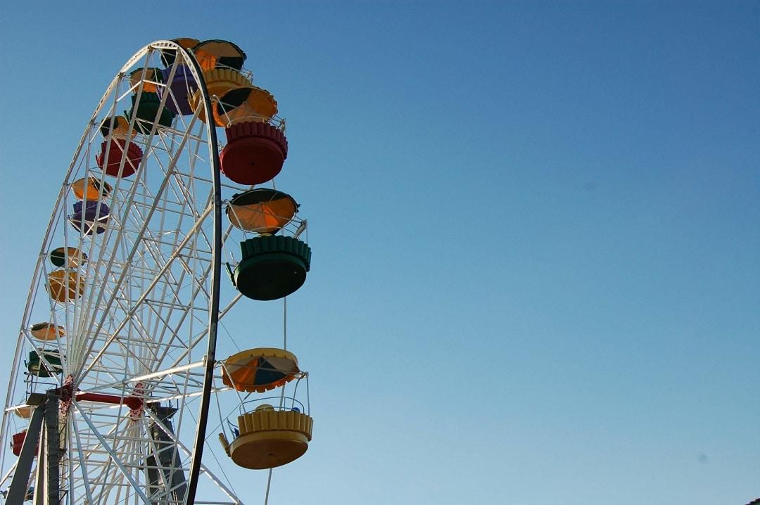 Лунапарк с колесом обозрения