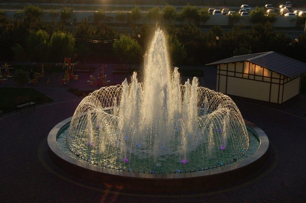 Сквер с фонтаном